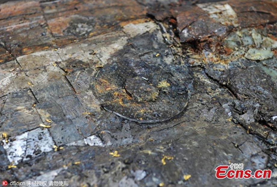 La colchoneta funeraria esmaltada del Marqués de Haihun. Obsérvese el hilo de oro empleado para coser los retales. (Ecns)