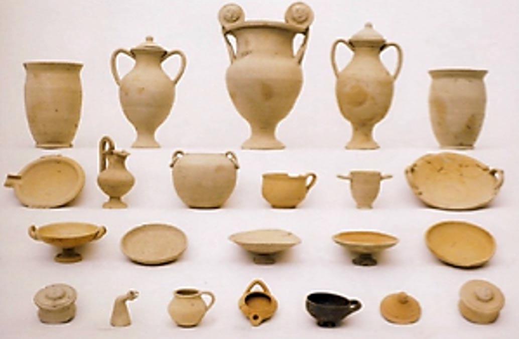 Colección de cerámicas funerarias simbólicas y genéricas de principios del siglo III a. C. (Riccardi 2003)