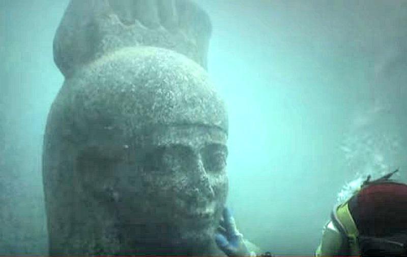 Una de las colosales esculturas descubiertas bajo el mar en la desembocadura del río Nilo. (Captura de vídeo/Museo Británico de Londres/La Gran Época)