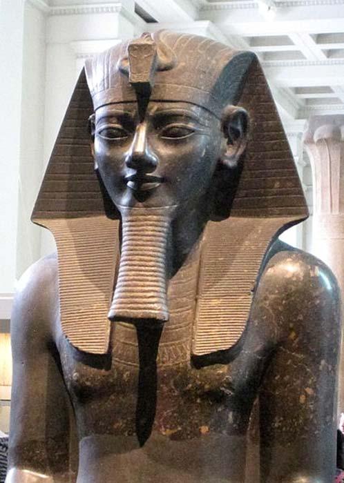 Colosal estatua de Amenhotep III en el Museo Británico. (Dominio público)