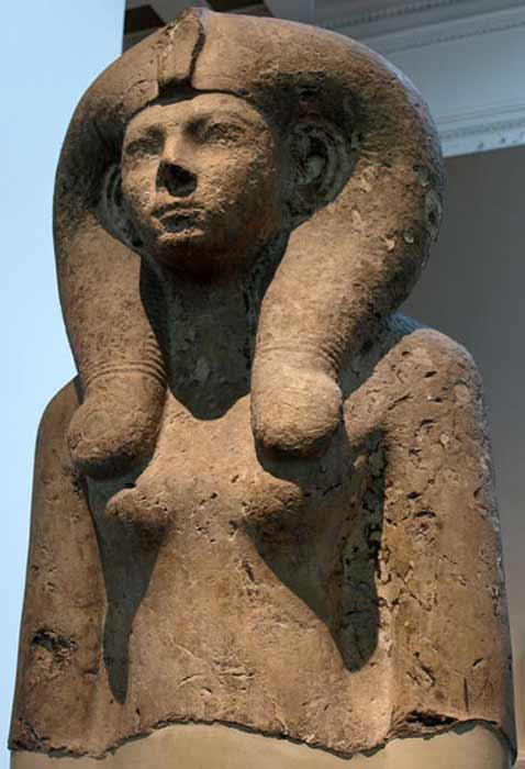 Busto colosal de la reina Ahmes-Merytamun (Ahmose-Meritamon), con una peluca Hathor. XVIII dinastía, alrededor de 1550 a.C. (CC BY-SA 3.0)