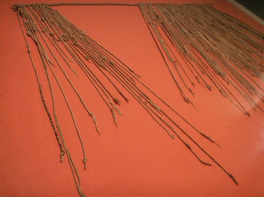 Cordeles de un 'quipu' expuesto en un museo de Lima. (Public Domain)