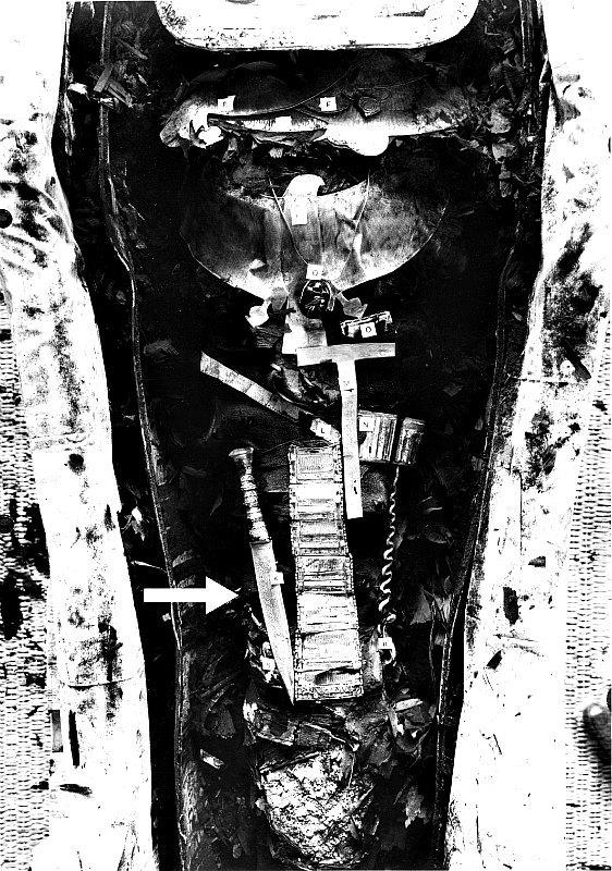 Momia del faraón Tutankamón. Fotografía en blanco y negro en la que aparece la daga de hierro extraterestre (34,2 centímetros de longitud) colocada sobre el muslo derecho del faraón. (Fotografía: Griffith Institute, University of Oxford)