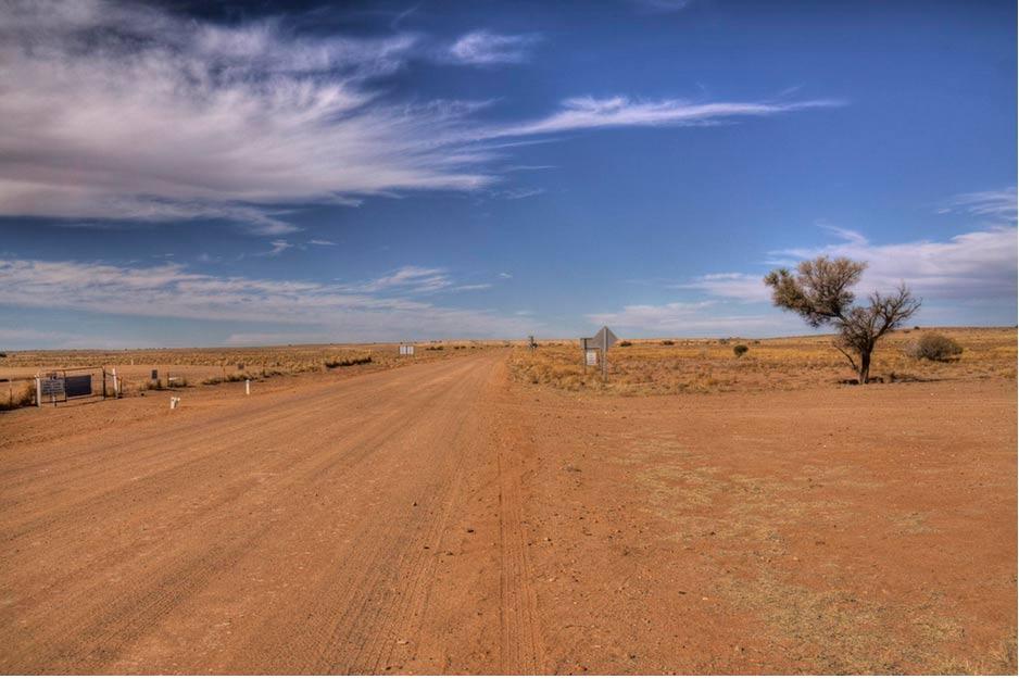 """La desolada carretera a Marree, cercana al lugar en el que el famoso geoglifo conocido como el """"Hombre de Marree"""" fue descubierto. (Don Shearman / Flickr)"""