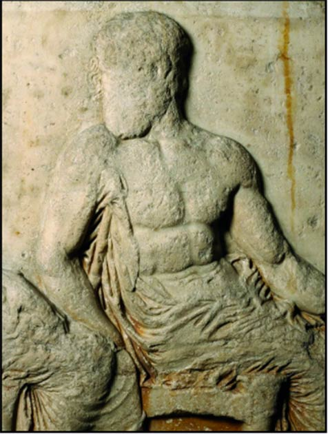 Detalle de un friso posterior del siglo V a. C. (Bloque V) del Partenón en Atenas, que muestra al dios discapacitado Hefesto con una muleta debajo del brazo derecho (Museo Británico, Londres, 1816, 0610.19; imagen © Fideicomisarios del Museo Británico / Antiquity Publishers Ltd)