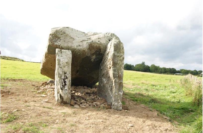 Tras las excavaciones, el dolmen ha sido protegido y reconstruido (Foto: Dr. Michael Connolly)