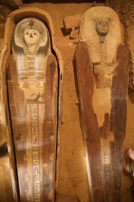 Dos ataúdes altamente decorados encontrados en el cementerio de la meseta de Giza. (Ministerio de Antigüedades)