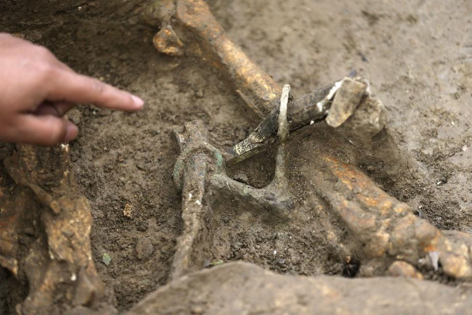 Uno de los elementos decorativos hallados sobre los restos de los caballos. Fotografía: People's Daily Online.