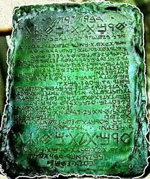 Una reconstrucción de cómo se cree que era la Tabla Esmeralda. (Crystalinks)