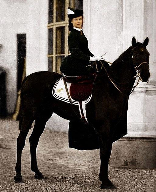 La emperatriz del imperio de los Habsburgo, Elisabeth Amelie Eugenia de Wittelsbach, conocida como Sissi, posando en un caballo en 1896 en Biarritz, Francia. (Fotógrafo no identificado / dominio público)