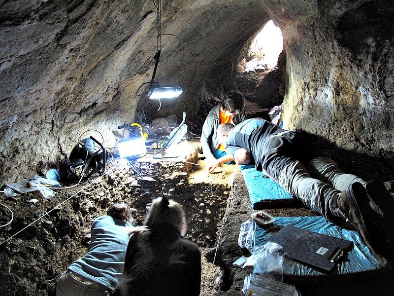 El equipo científico durante las excavaciones en la cueva de Arlanpe. (Joseba Rios-Garaizar/CC BY-SA 4.0)
