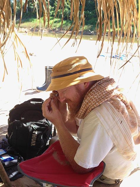 Erik Seiffert identificando un pequeño fósil del sitio de Santa Rosa donde se encontró Ucayalipithecus, en el Perú amazónico. (Dorien de Vries)