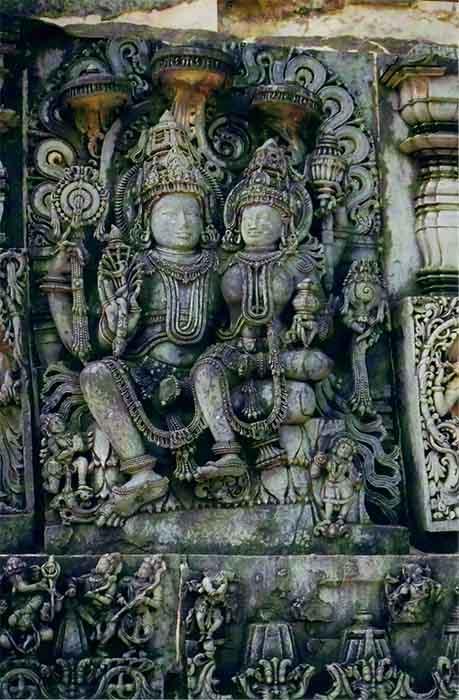 Escultura de socorro del dios hindú Narayana con su consorte Lakshmi en el templo Hoysaleswara, Karnataka, India. (Dineshkannambadi / CC BY-SA 3.0)