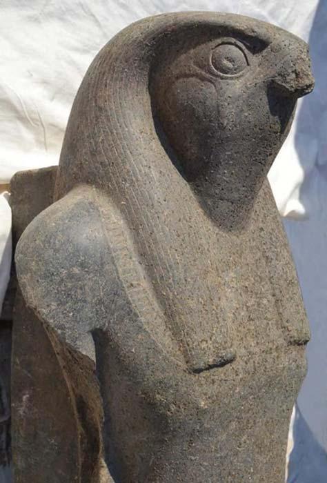 La estatua de Horus recién descubierta. Crédito: Ministerio de Antigüedades.