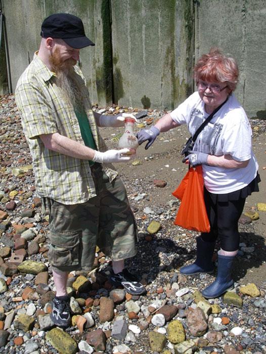 Excavadores de lodo en el Támesis - Dingo y Madelyn descubren una botella grabada con camellos de vidrio rojo. (Dauvit Alexander / CC BY-SA 2.0)