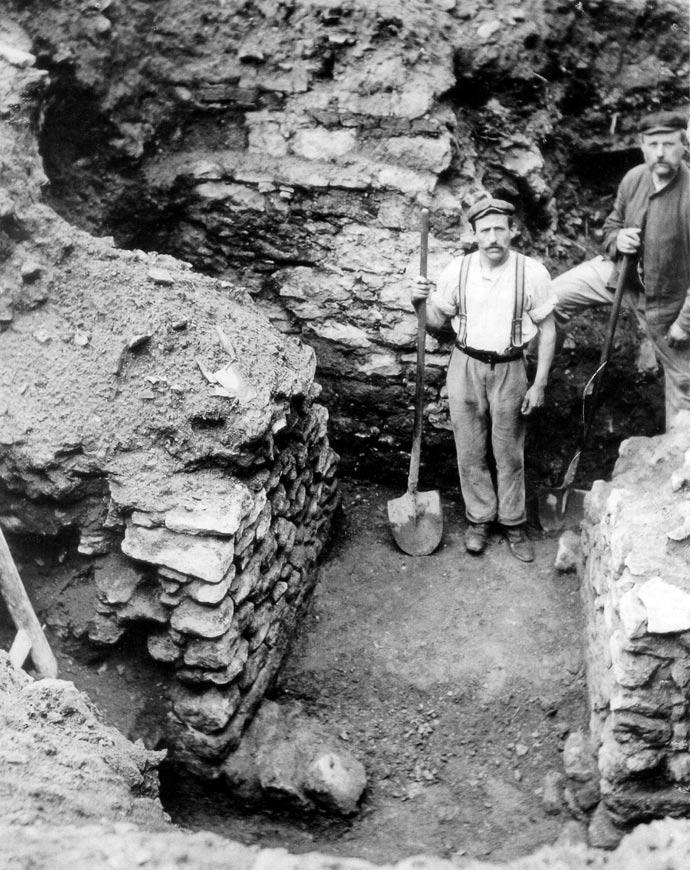 Aunque los arqueólogos llevan muchos años realizando excavaciones en Frankfurt, la historia medieval de la ciudad sigue siendo un misterio a día de hoy. Esta foto, en la que podemos observar las primeras murallas de la ciudad, fue tomada en 1906. (Wikimedia Commons)