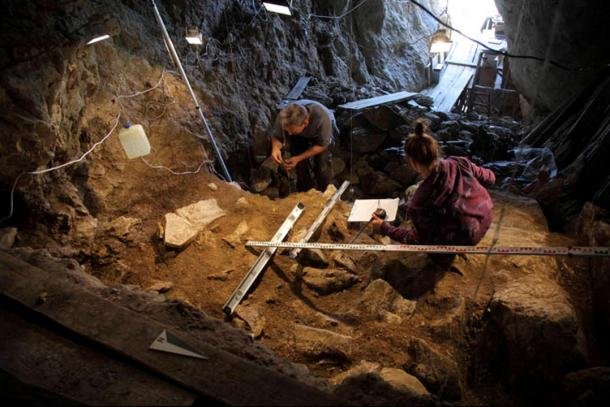 Excavaciones-cueva-strashnaya-Altai-Siberia