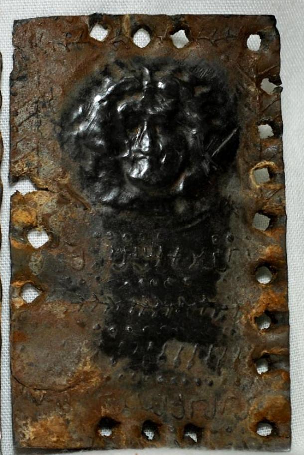 """""""Rostro de Dios"""" en los códices de plomo. (© David Elkington)"""