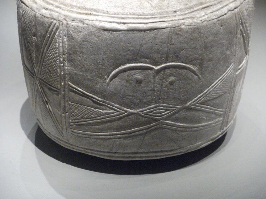 Rostro esquematizado presente en uno de los tambores; los investigadores desconocen qué uso se daba a estos objetos. (Foto: Johnbod / Wikimedia Commons)