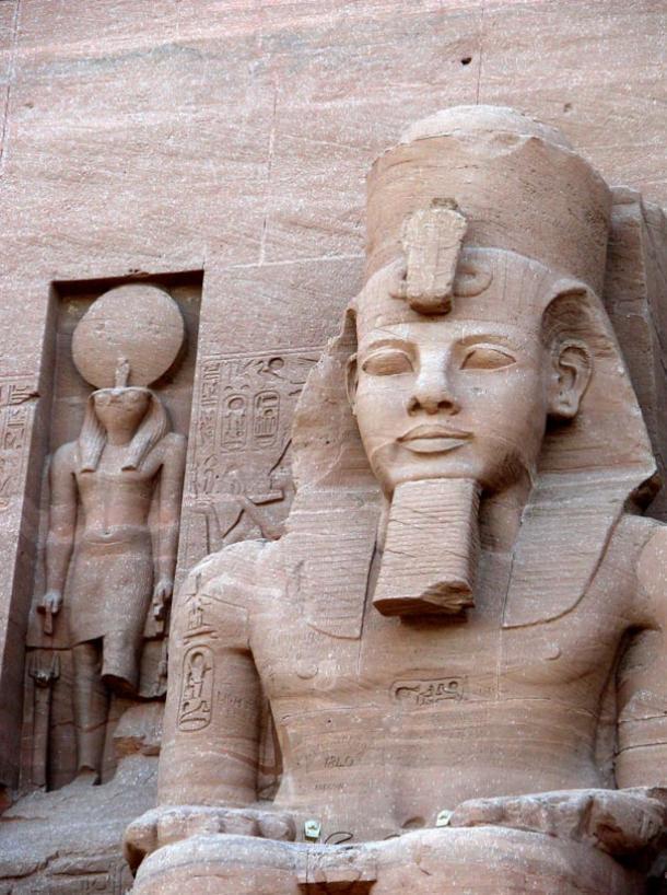 El dios con cabeza de halcón Re-Horalthy aparece a la izquierda de Ramsés II en Abu Simbel, Egipto (Foto: Dennis Jarvis/Wikimedia Commons)