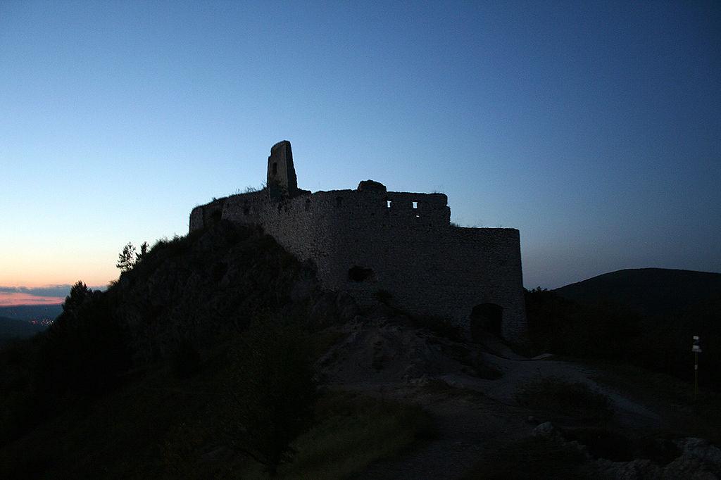 Portada-Castillo-Čachtice al anochecer (Wikimedia Commons)