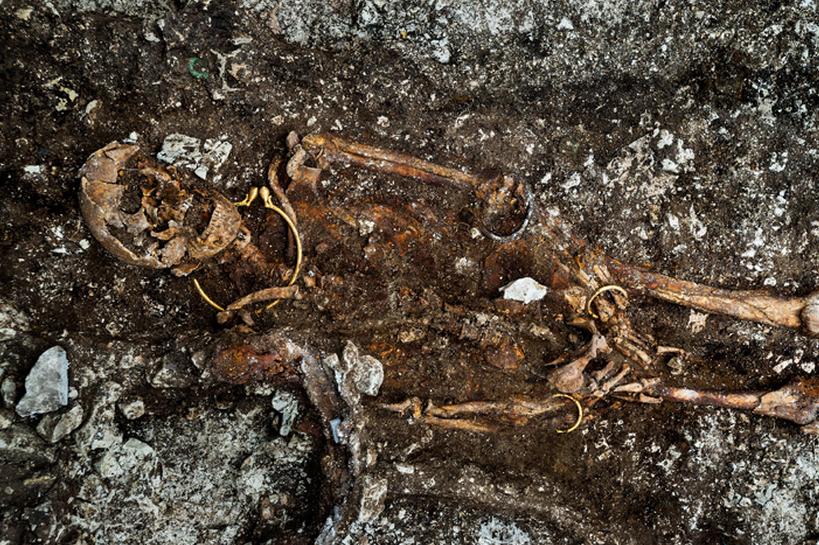 2Portada - Los restos del cadáver con el collar de oro alrededor del cuello aún visible (Inrap Fotografía de Denis Gliksman).jpg