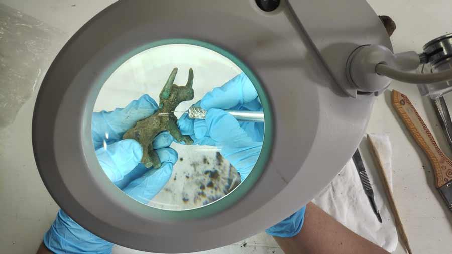 Conservadores limpian el ídolo del toro de bronce descubierto en Olimpia. Fuente: Ministerio de Cultura y Deportes de Grecia