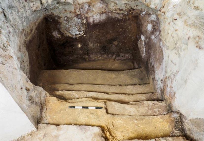 Fotografía de la bien preservada mikve labrada en roca.