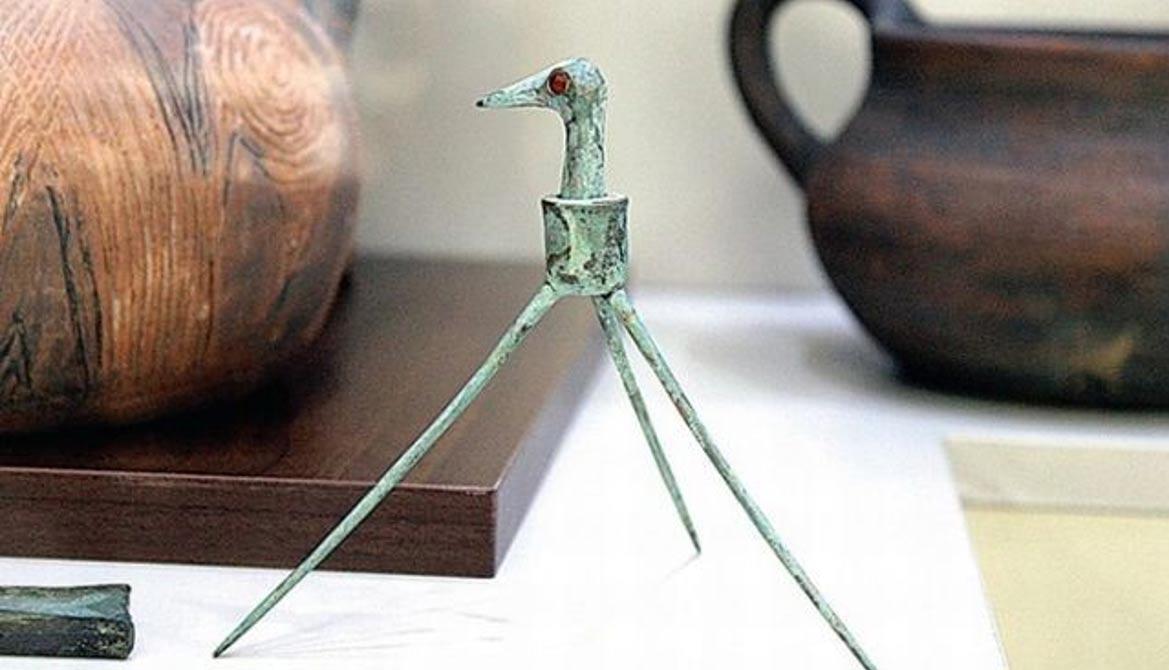 Cigueña antigua de bronce descubierta en las montañas Ródope, en el Sur de Bulgaria: Toma de la televisión de la BNT.