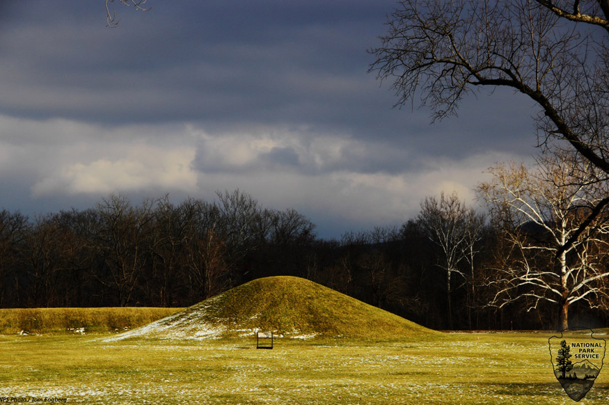 Un montículo fúnebre de la cultura Hopewell del Mound City Group en Ohio