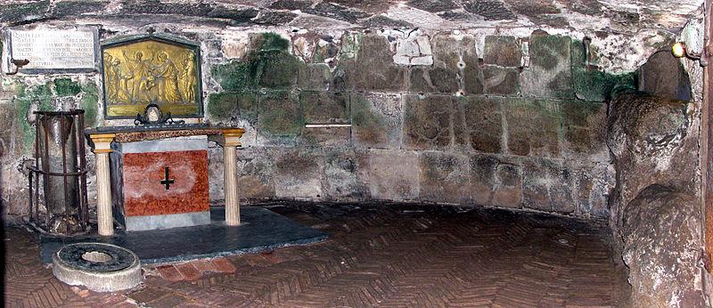 Portada - El altar de la celda inferior, Cárcel Mamertina, Roma, Italia.jpg