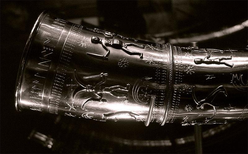 Portada- inscripción rúnica descubierta en una de las copias de los cuernos de oro de Gallehus expuesta en el Museo Moesgaard.jpg