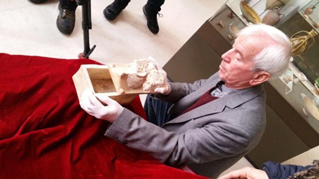 Portada - El profesor Kasimir Popkonstantinov y el relicario de mármol que podría albergar los huesos de San Juan Bautista. Fotografía de George Busby, autor del artículo.
