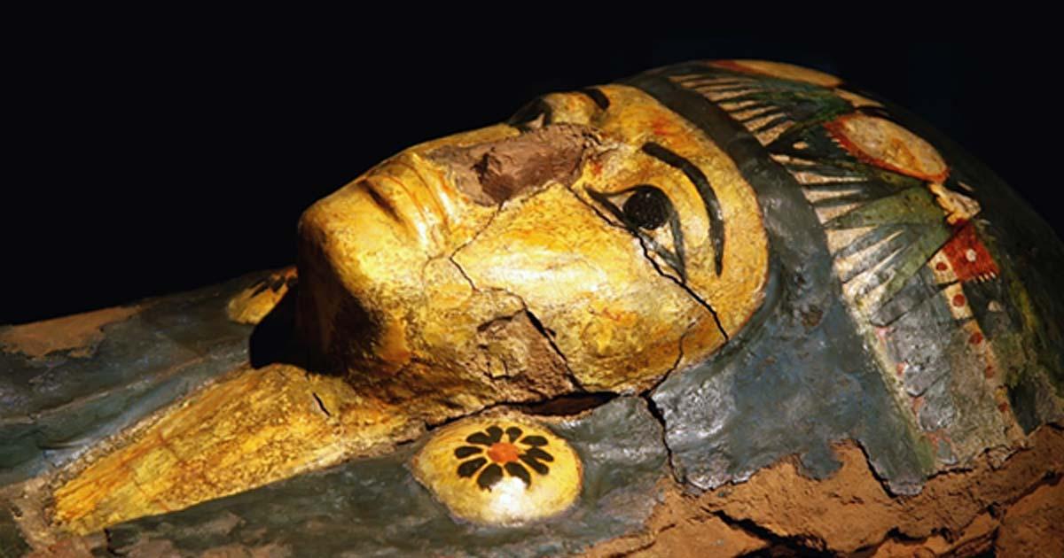 Portada - Sarcófago egipcio con restos momificados