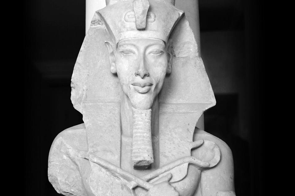 Portada - Colosal estatua de Akenatón en el templo a Atón de Karnak (Dominio público)