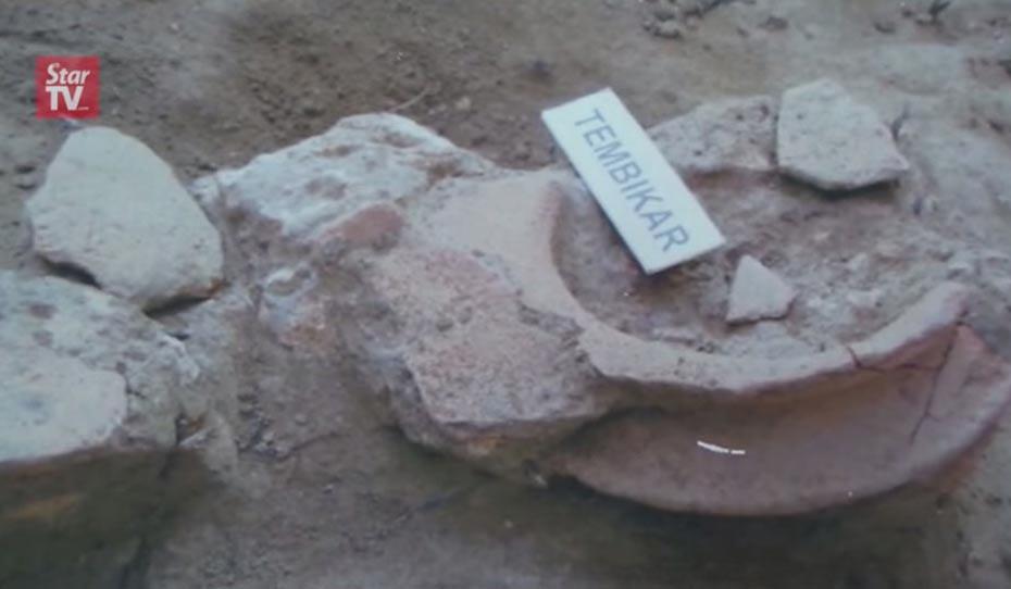 Portada-antiguo mástil desenterrado por los arqueólogos que están trabajando en el Yacimiento Arqueológico de Sungai Batu, cerca de Semeling, en Malasia. Los restos de estos barcos hundidos en el lodo, descubiertos en la antigua Kedah Tua, podrían obligar a los historiadores a reescribir la historia del Sudeste Asiático. Captura de pantallla obtenida en YouTube, The Star Online.