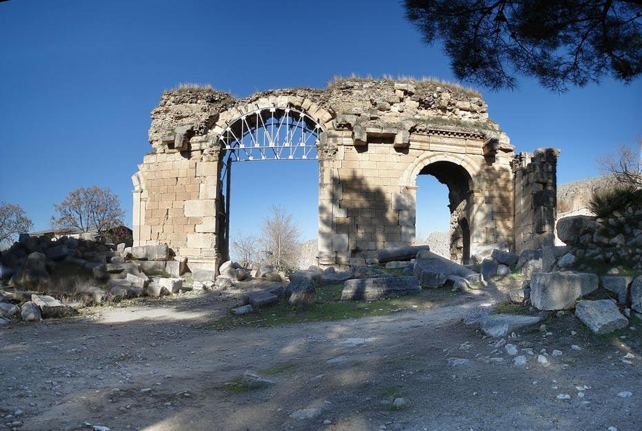 Portada-El arco triunfal y las puertas de la antigua ciudad Cilica de Anazarbus, al sur de Turquía; los arqueólogos se encuentran excavando y restaurando sus ruinas en la actualidad. (Foto: Mustafa Tor/Wikimedia Commons)