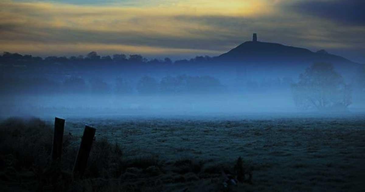 Portada - Torre de Glastonbury, un lugar asociado a menudo con Avalon. (The Significance of R)
