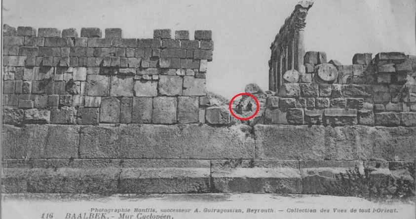 Portada - Baalbek, Líbano. Antigua fotografía de la Acrópolis en la que se observan los grandes bloques de la base del Templo del Sol y su tamaño en comparación con el de dos personas. Archivos del Museo de Brooklyn, Colección de Archivos Goodyear. (Public Domain)
