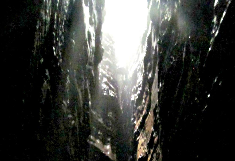 Portada - Detalle de la chimenea natural que sirve de acceso a la Cueva de los Tayos. (MezzoforteF/CC BY-SA 3.0)