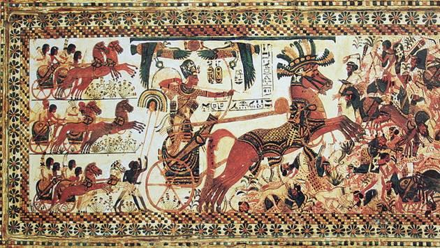 El faraón Tutankamón montado en un carro de guerra destruye a sus enemigos. Pintura sobre madera, Museo Egipcio del Cairo