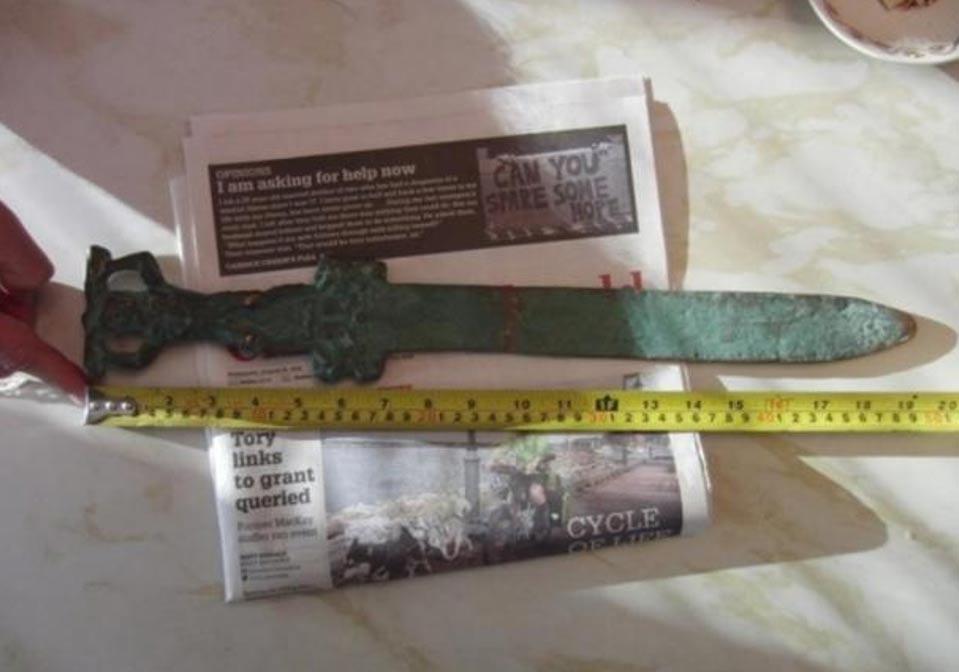 Portada-Espada romana hallada junto a las costas de Oak Island. Fotografía cortesía de investigatinghistory.org y National Treasure Society