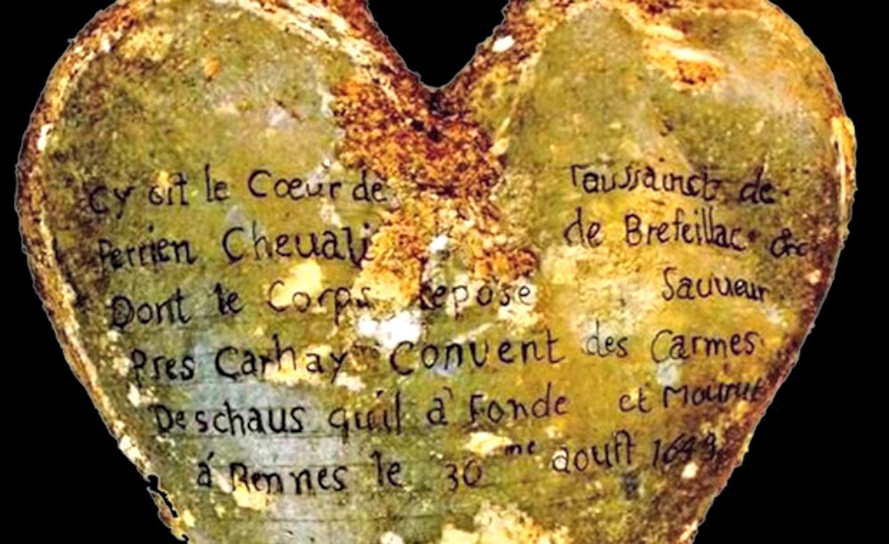 Portada-Inscripción de la urna que contenía el corazón de Toussaint Perrien, caballero de Brefeillac, enterrado junto al cuerpo de su esposa. (Fotografía: Rozenn Colleter/INRAP/SINC)