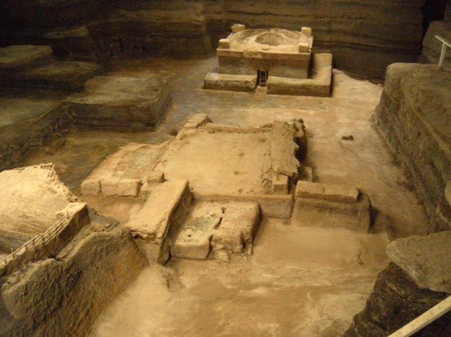 Portada-Los arqueólogos han desenterrado en Joya de Cerén 12 edificios, entre los que hay una casa (a la izquierda) un almacén (en el centro) y una sauna comunitaria (arriba a la derecha), sepultados todos ellos por las cenizas volcánicas hacia el 660 d. C. (Imagen: Universidad de Colorado)