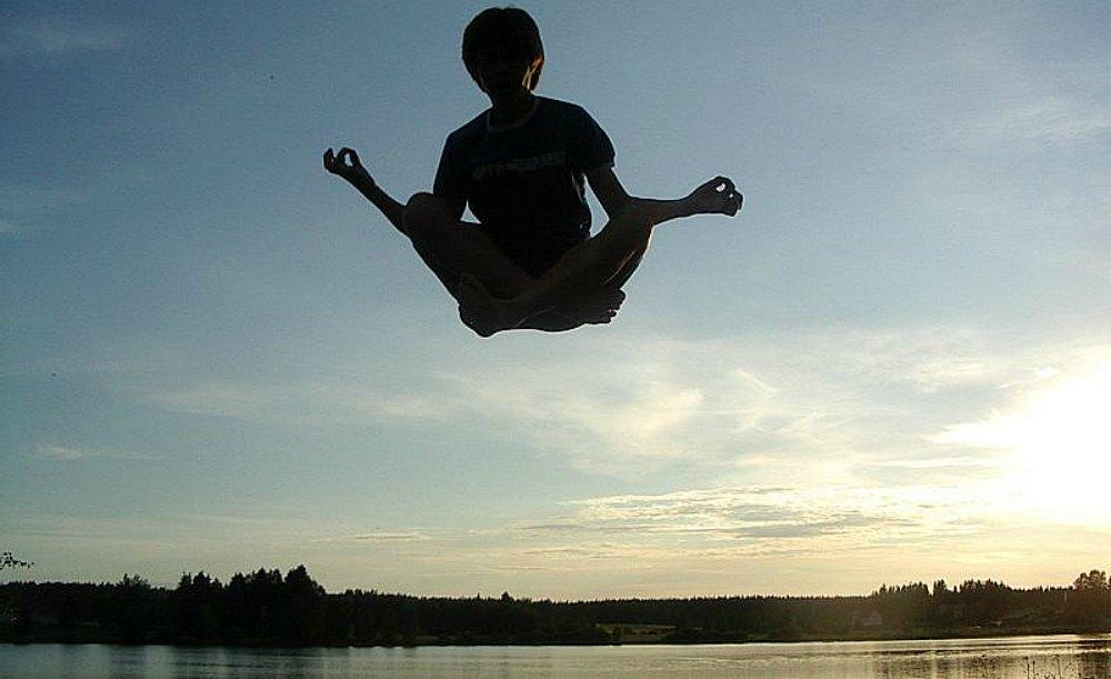 Portada - Fotografía de un individuo, supuestamente levitando. (Muu-karhu/Public Domain)