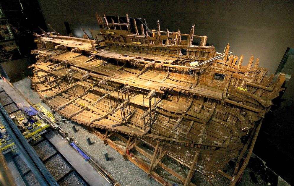 Portada - Fotografía de los restos del Mary Rose, que ya pueden finalmente contemplarse desde las nueve plantas del Museo de Portsmouth. (Fotografía: Espejo de Navegantes/ABC)