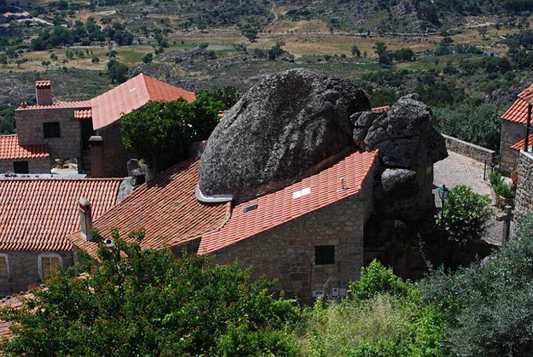Portada - Casa de Monsanto construida bajo una roca. (CC BY-SA 3.0)
