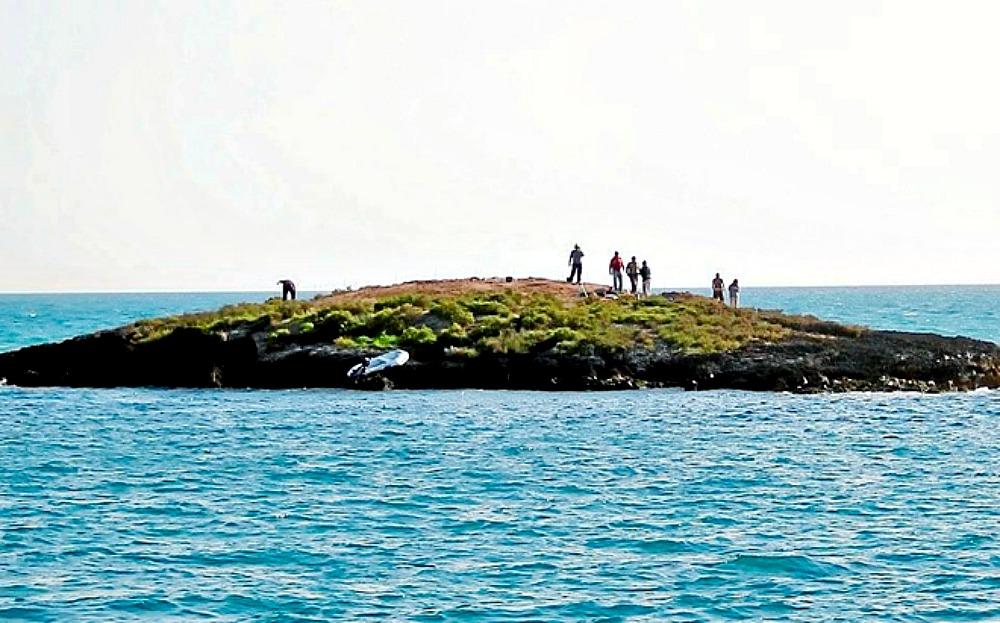 Portada - Fotografía del islote próximo a la costa de Palma de Mallorca que alberga el antiguo yacimiento púnico. (Fotografía: El Mundo/Jordi Avellà)
