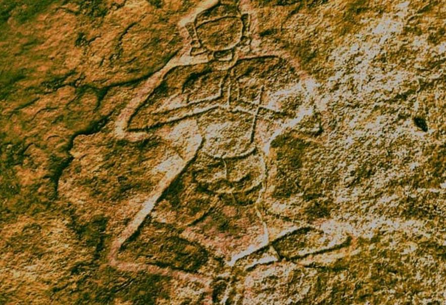 Portada-El petroglifo del yogui y el altar fue descubierto grabado sobre la superficie de la pared de roca de la cueva de Kudakumalai, cercana a Pudukottai. (Foto cortesía de T.L. Subash Chandira Bose)
