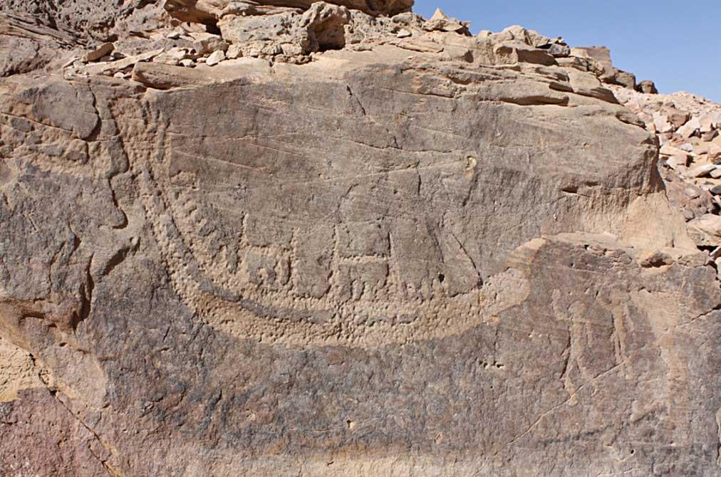 Portada- petroglifo de un barco de junco picado sobre la superficie de la pared de roca, parte del ciclo de Nag el-Hamdulab, Egipto. Fotografía: Stan Hendrickx, John Coleman Darnell y Maria Carmela Gatto